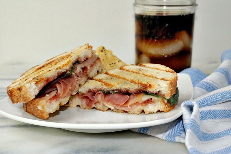 Sandwich prosciutto & strawberry jam