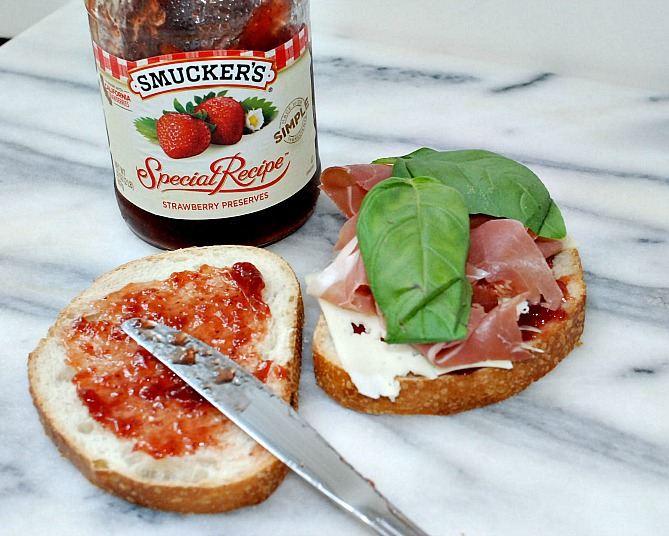 Sandwich prosciutto & strawberry w basil
